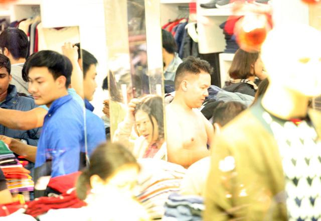 Khỏa thân thử đồ, chen nhau mua sắm tại thiên đường thời trang phố Chùa Bộc-11