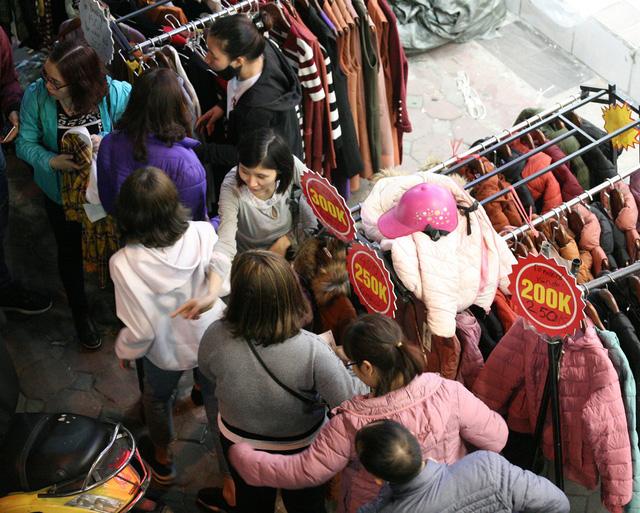Khỏa thân thử đồ, chen nhau mua sắm tại thiên đường thời trang phố Chùa Bộc-14