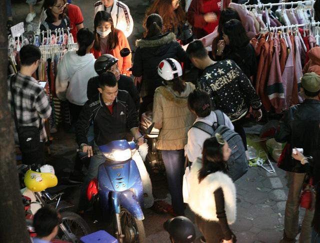 Khỏa thân thử đồ, chen nhau mua sắm tại thiên đường thời trang phố Chùa Bộc-6