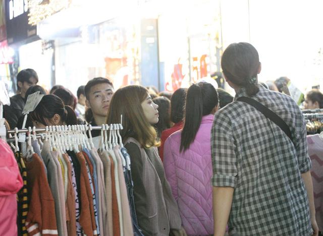 Khỏa thân thử đồ, chen nhau mua sắm tại thiên đường thời trang phố Chùa Bộc-7