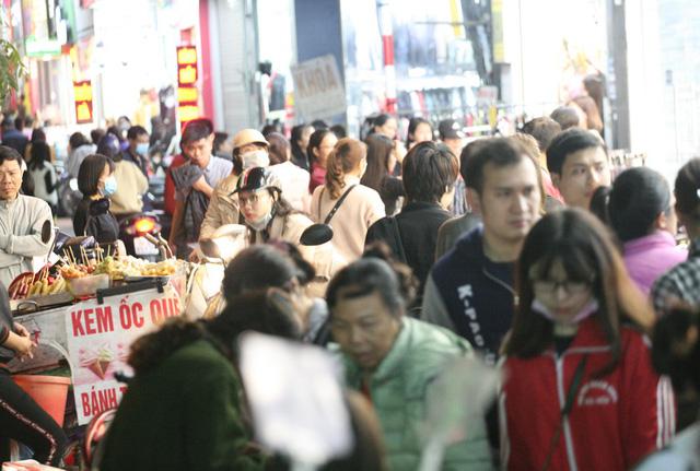 Khỏa thân thử đồ, chen nhau mua sắm tại thiên đường thời trang phố Chùa Bộc-8