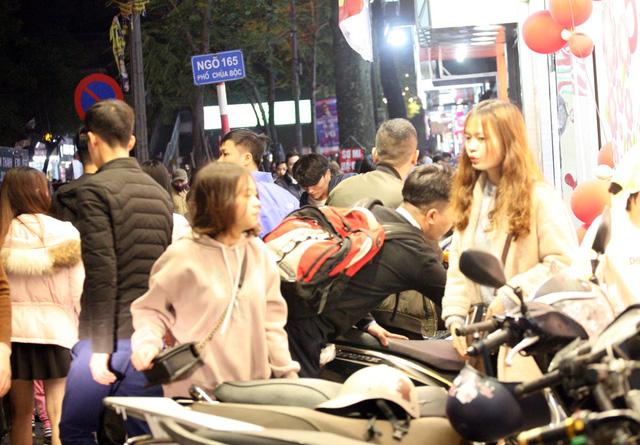 Khỏa thân thử đồ, chen nhau mua sắm tại thiên đường thời trang phố Chùa Bộc-9