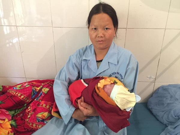 Bị ngã xuống vực khi chồng đưa đi đẻ, sản phụ sinh con nặng 3kg ngay dưới khe núi-5