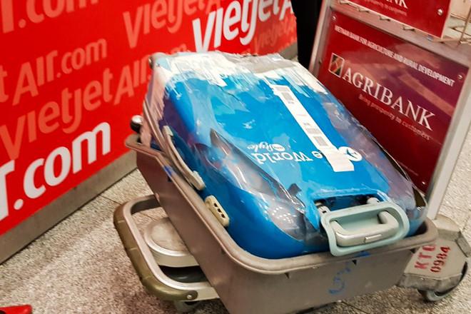 Vali hành khách VietJet vỡ toang sau chuyến bay về quê ăn Tết-1