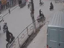 Sang đường không quan sát, người đàn ông gặp tai nạn thảm dưới bánh xe tải