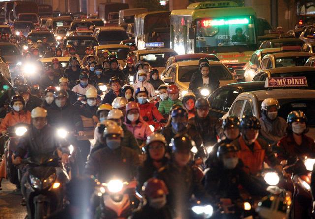 Nỗi kinh hoàng mang tên TẮC ĐƯỜNG cả ngày lẫn đêm ở Hà Nội khi Tết cận kề-8