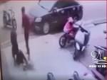 CLIP: Người đàn ông tinh mắt và pha làm đau thanh niên đi xe máy-1