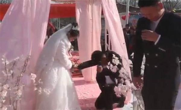 Giữa hôn lễ, chú rể có thái độ lạ khiến cô dâu hết hồn-1