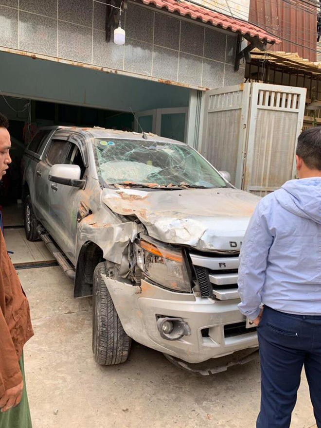 Vừa ngồi lên xe mới lái thử, tài xế đã đâm húc đổ tường vì nhầm chân ga-1