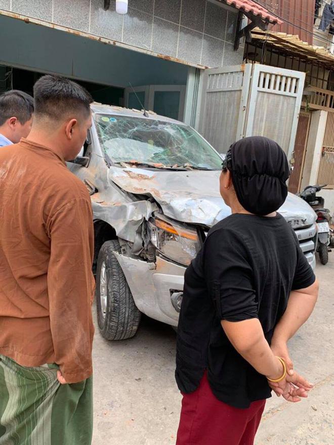 Vừa ngồi lên xe mới lái thử, tài xế đã đâm húc đổ tường vì nhầm chân ga-2