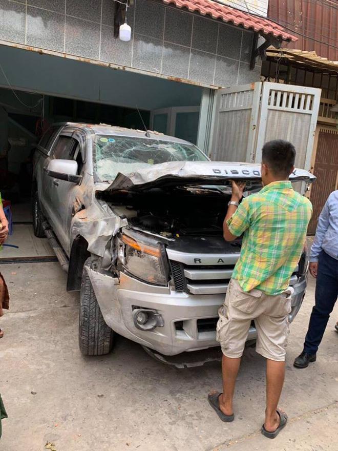 Vừa ngồi lên xe mới lái thử, tài xế đã đâm húc đổ tường vì nhầm chân ga-3