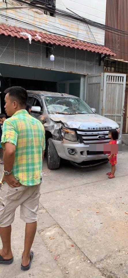 Vừa ngồi lên xe mới lái thử, tài xế đã đâm húc đổ tường vì nhầm chân ga-4