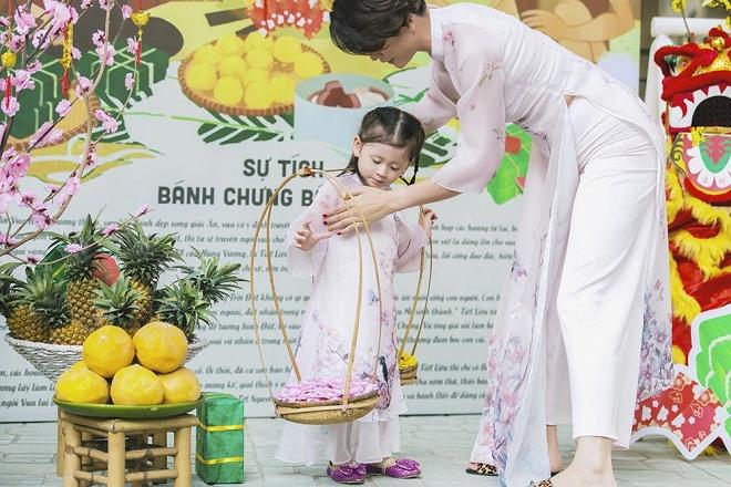Trang Trần diện áo dài dịu dàng, dạy con gái 3 tuổi gói bánh chưng ngày Tết-1