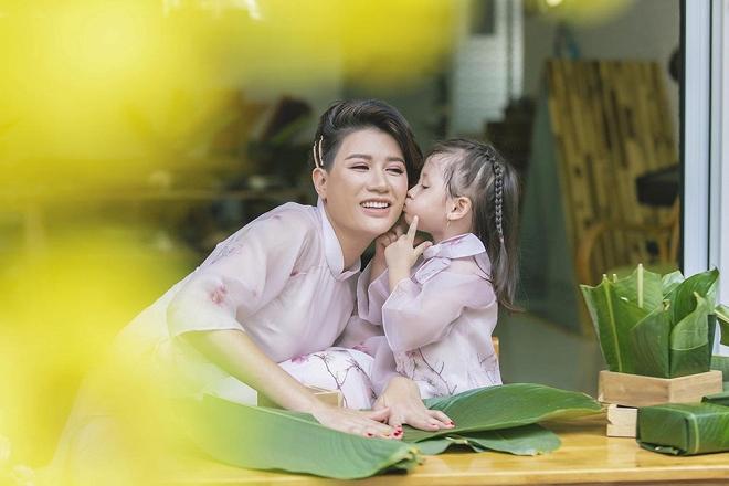 Trang Trần diện áo dài dịu dàng, dạy con gái 3 tuổi gói bánh chưng ngày Tết-6