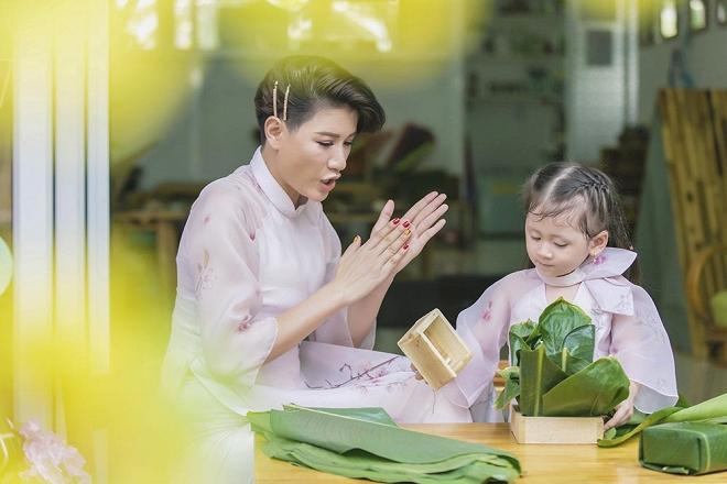 Trang Trần diện áo dài dịu dàng, dạy con gái 3 tuổi gói bánh chưng ngày Tết-7