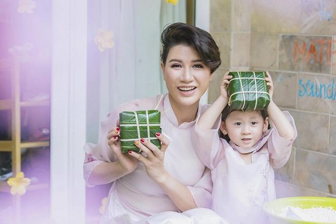 Trang Trần diện áo dài dịu dàng, dạy con gái 3 tuổi gói bánh chưng ngày Tết-8