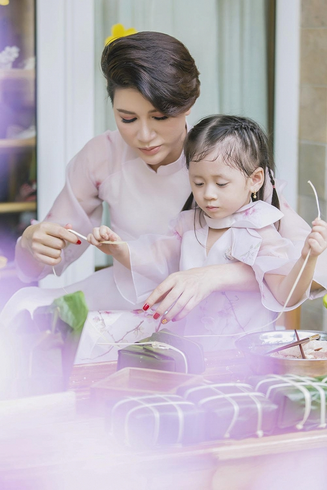 Trang Trần diện áo dài dịu dàng, dạy con gái 3 tuổi gói bánh chưng ngày Tết-9