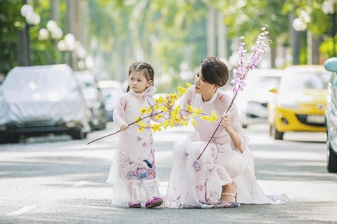Trang Trần diện áo dài dịu dàng, dạy con gái 3 tuổi gói bánh chưng ngày Tết-10