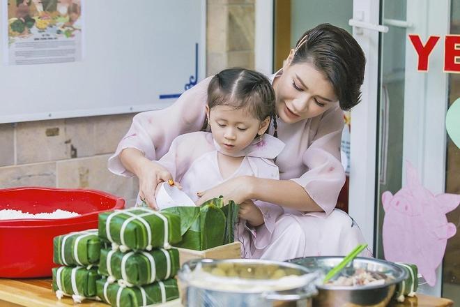 Trang Trần diện áo dài dịu dàng, dạy con gái 3 tuổi gói bánh chưng ngày Tết-2