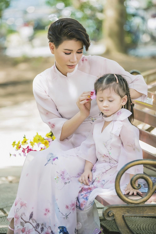 Trang Trần diện áo dài dịu dàng, dạy con gái 3 tuổi gói bánh chưng ngày Tết-12