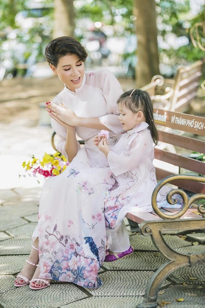 Trang Trần diện áo dài dịu dàng, dạy con gái 3 tuổi gói bánh chưng ngày Tết-13