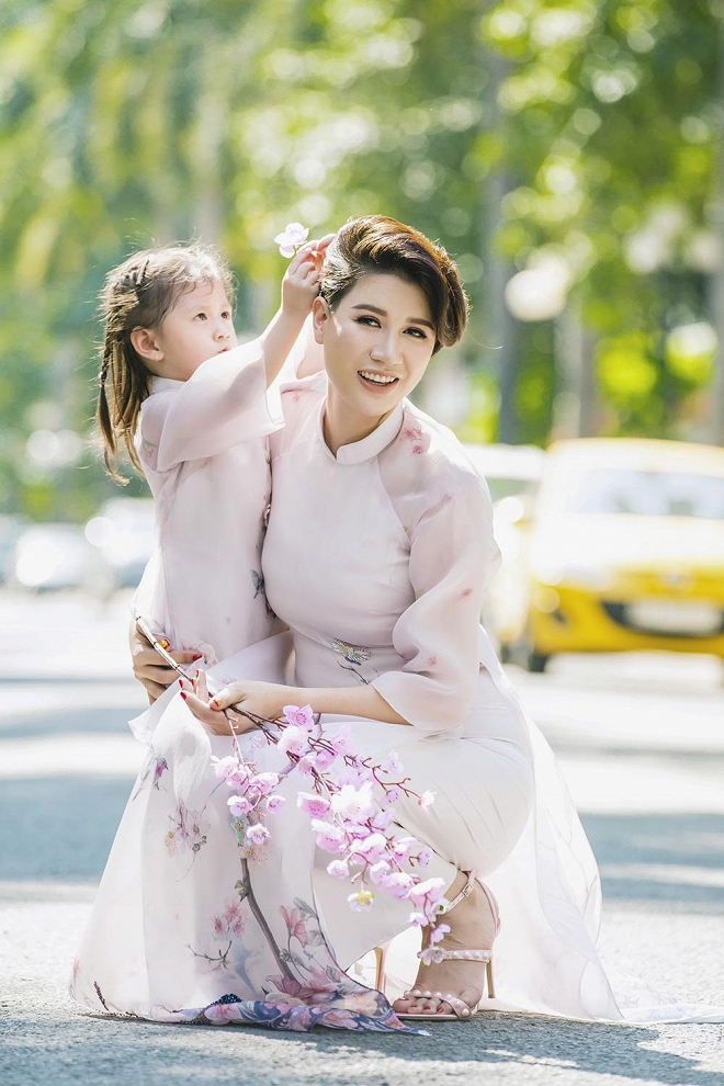 Trang Trần diện áo dài dịu dàng, dạy con gái 3 tuổi gói bánh chưng ngày Tết-14