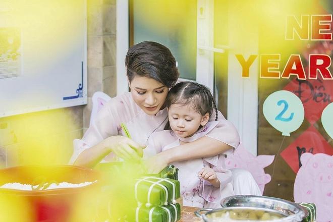Trang Trần diện áo dài dịu dàng, dạy con gái 3 tuổi gói bánh chưng ngày Tết-3