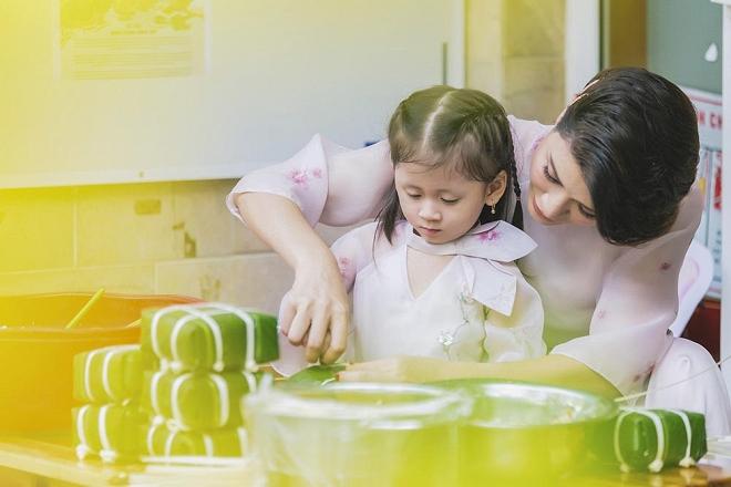 Trang Trần diện áo dài dịu dàng, dạy con gái 3 tuổi gói bánh chưng ngày Tết-4