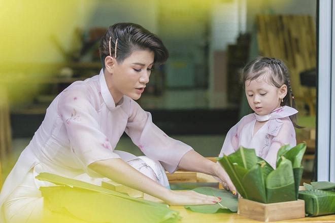 Trang Trần diện áo dài dịu dàng, dạy con gái 3 tuổi gói bánh chưng ngày Tết-5