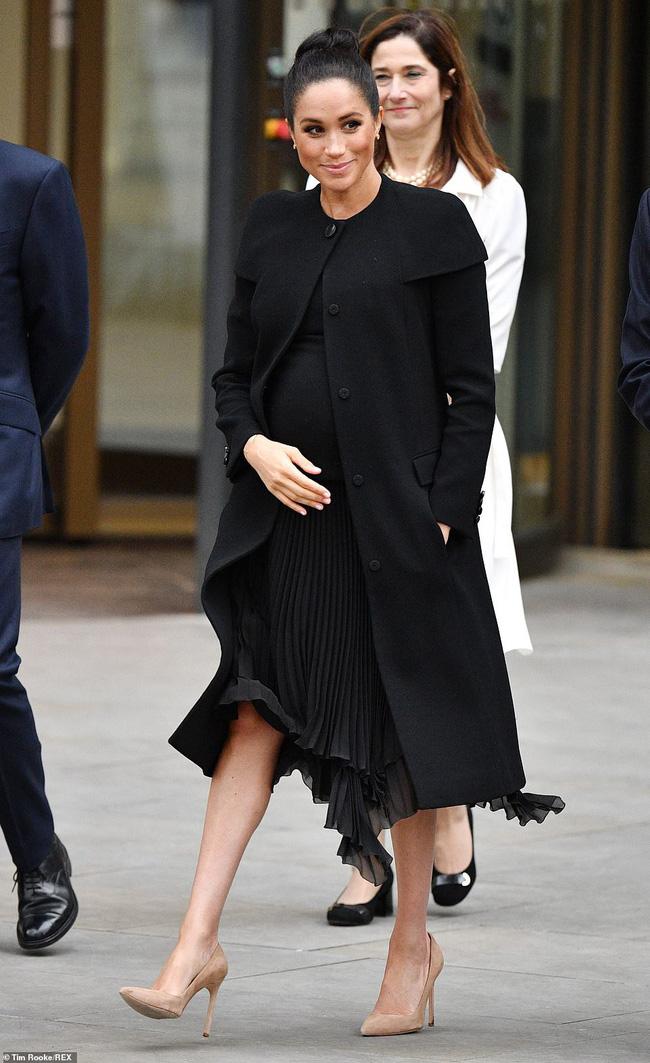 """Mặc lại đồ cũ giống chị dâu Kate, Meghan vô tình để lộ bằng chứng"""" liên quan đến nghi vấn mang thai giả-1"""