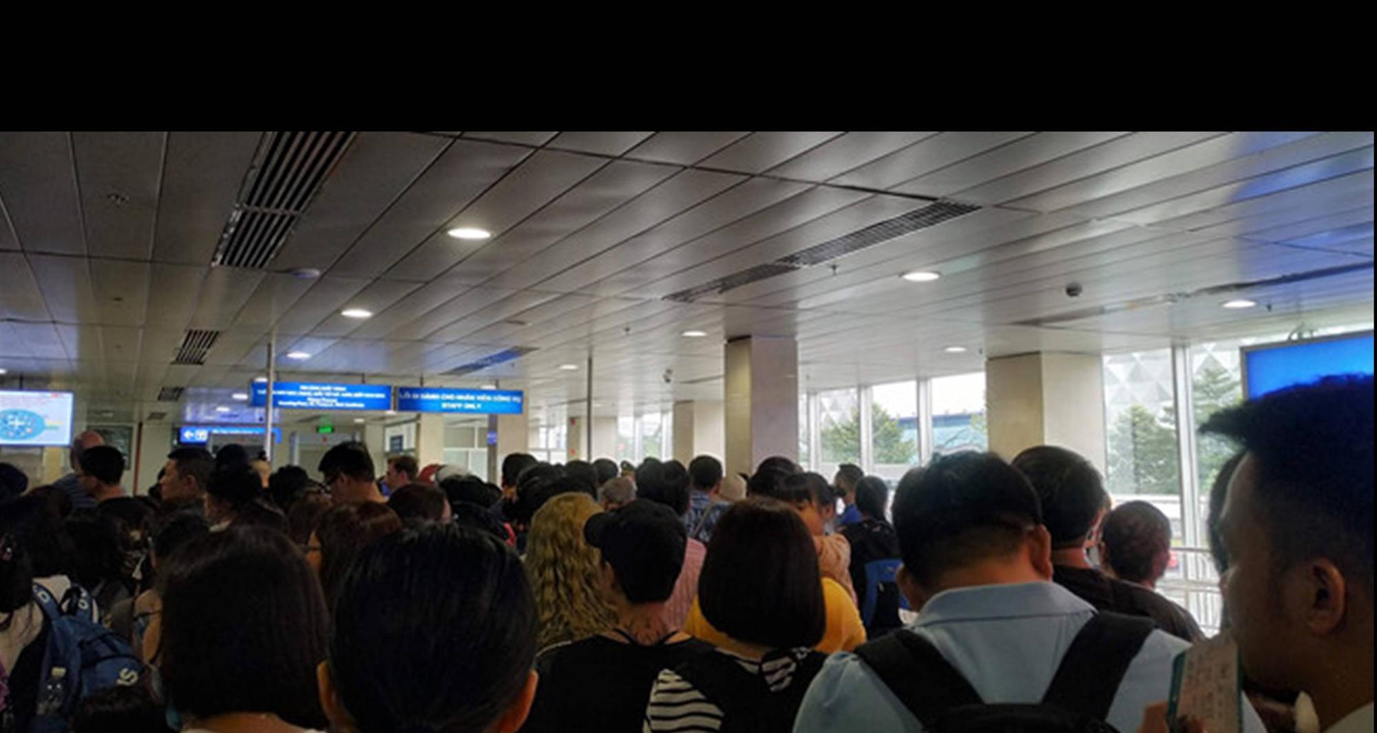 Tân Sơn Nhất quá tải, nhiều hành khách lỡ chuyến bay-1