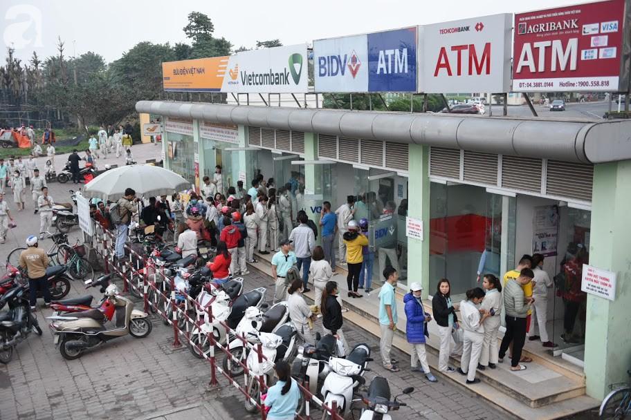 Hà Nội: Công nhân xếp hàng dài chờ rút tiền từ cây ATM mới dám về quê ăn Tết-2