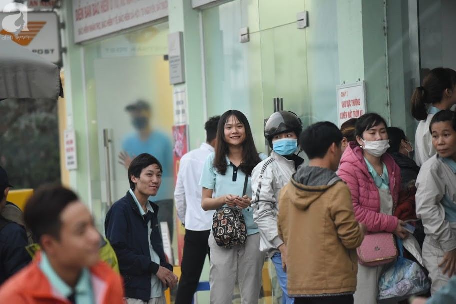 Hà Nội: Công nhân xếp hàng dài chờ rút tiền từ cây ATM mới dám về quê ăn Tết-4