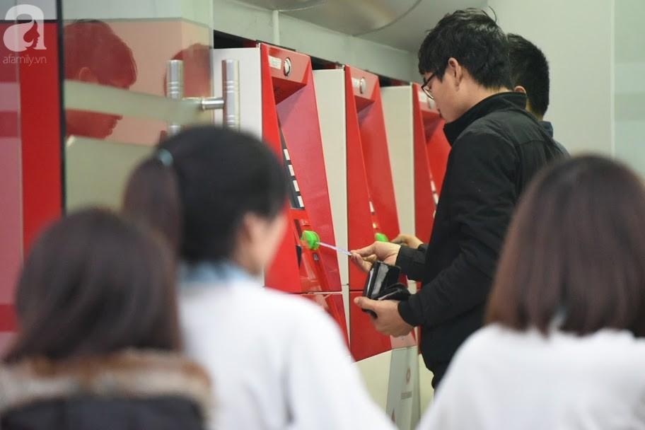 Hà Nội: Công nhân xếp hàng dài chờ rút tiền từ cây ATM mới dám về quê ăn Tết-5