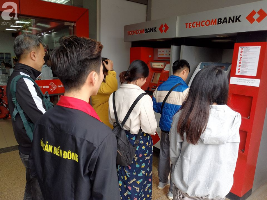 Hà Nội: Công nhân xếp hàng dài chờ rút tiền từ cây ATM mới dám về quê ăn Tết-1