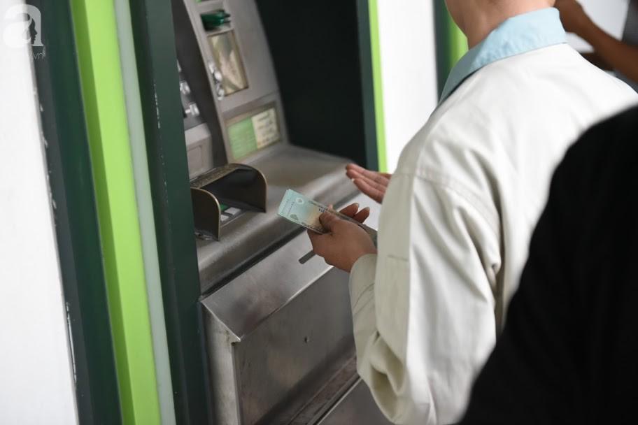 Hà Nội: Công nhân xếp hàng dài chờ rút tiền từ cây ATM mới dám về quê ăn Tết-7