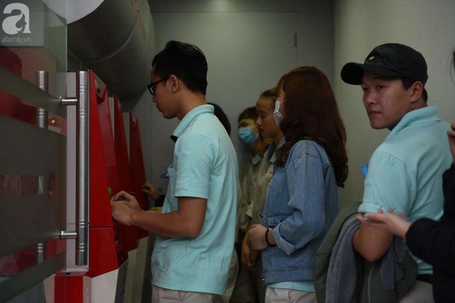 Hà Nội: Công nhân xếp hàng dài chờ rút tiền từ cây ATM mới dám về quê ăn Tết-8