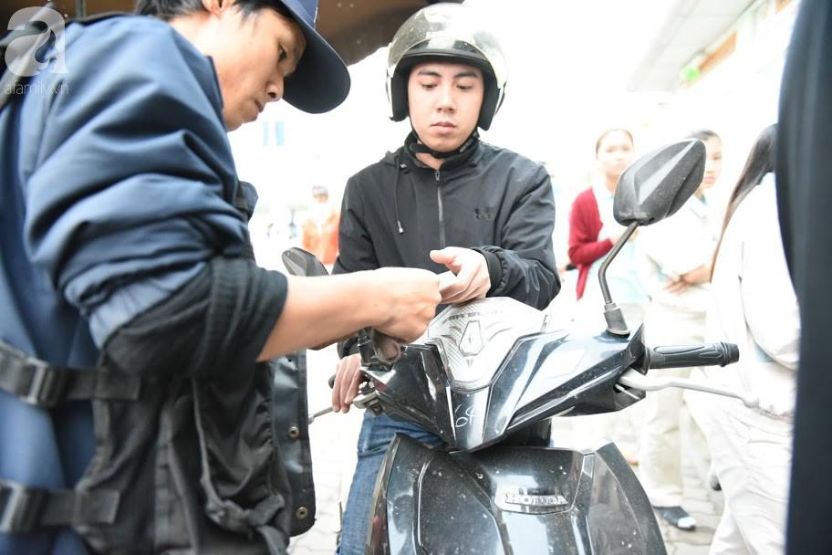 Hà Nội: Công nhân xếp hàng dài chờ rút tiền từ cây ATM mới dám về quê ăn Tết-9