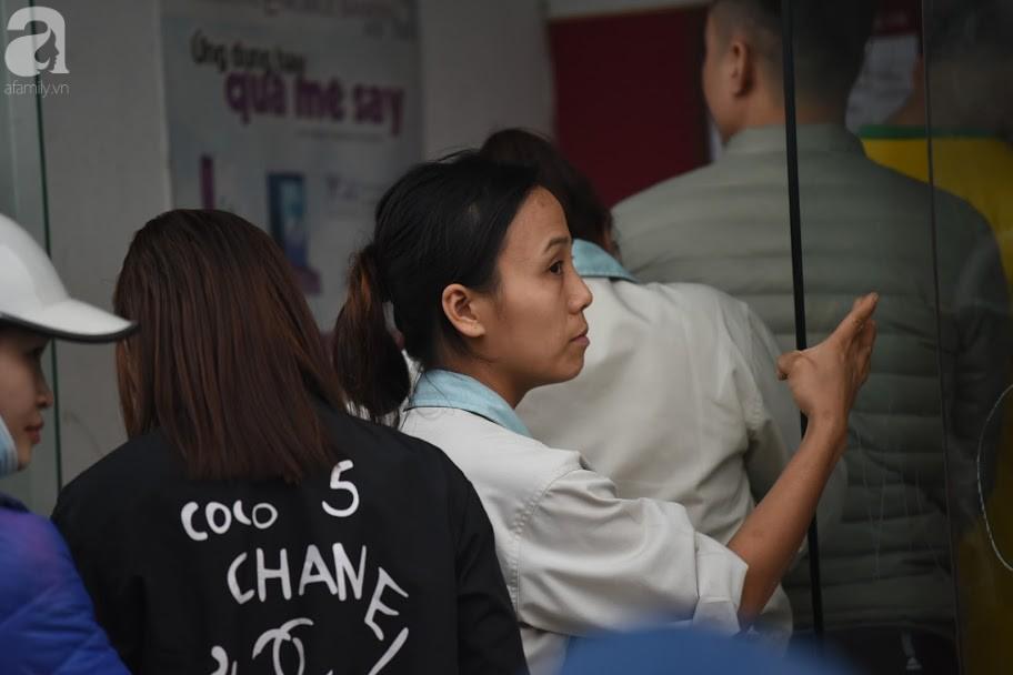 Hà Nội: Công nhân xếp hàng dài chờ rút tiền từ cây ATM mới dám về quê ăn Tết-11