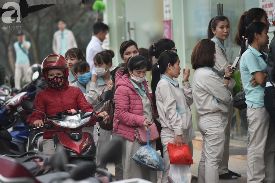 Hà Nội: Công nhân xếp hàng dài chờ rút tiền từ cây ATM mới dám về quê ăn Tết-12