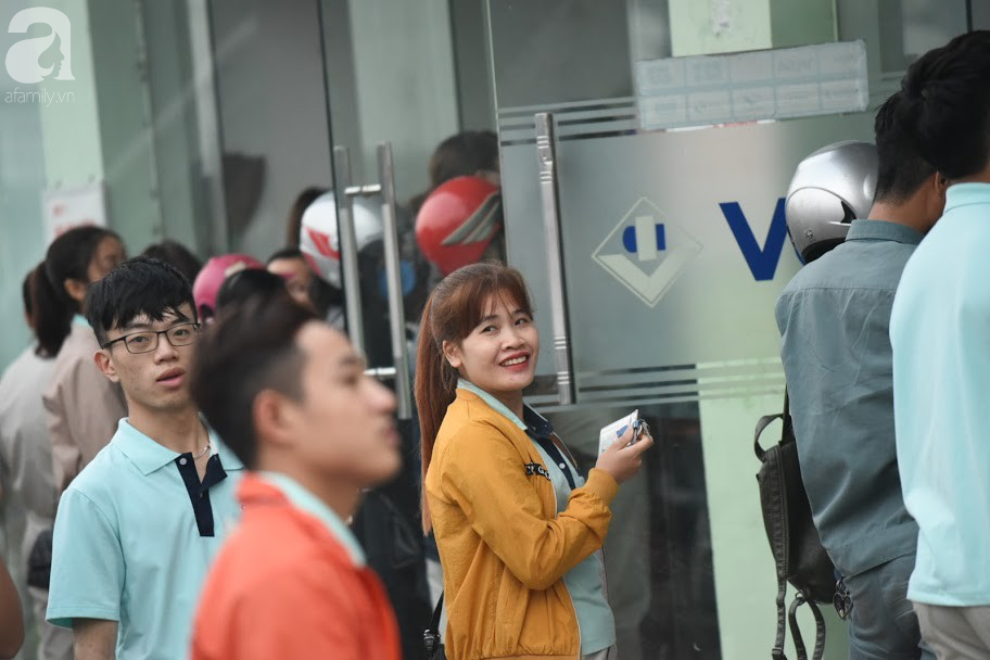 Hà Nội: Công nhân xếp hàng dài chờ rút tiền từ cây ATM mới dám về quê ăn Tết-13