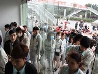 Hà Nội: Công nhân xếp hàng dài chờ rút tiền từ cây ATM mới dám về quê ăn Tết