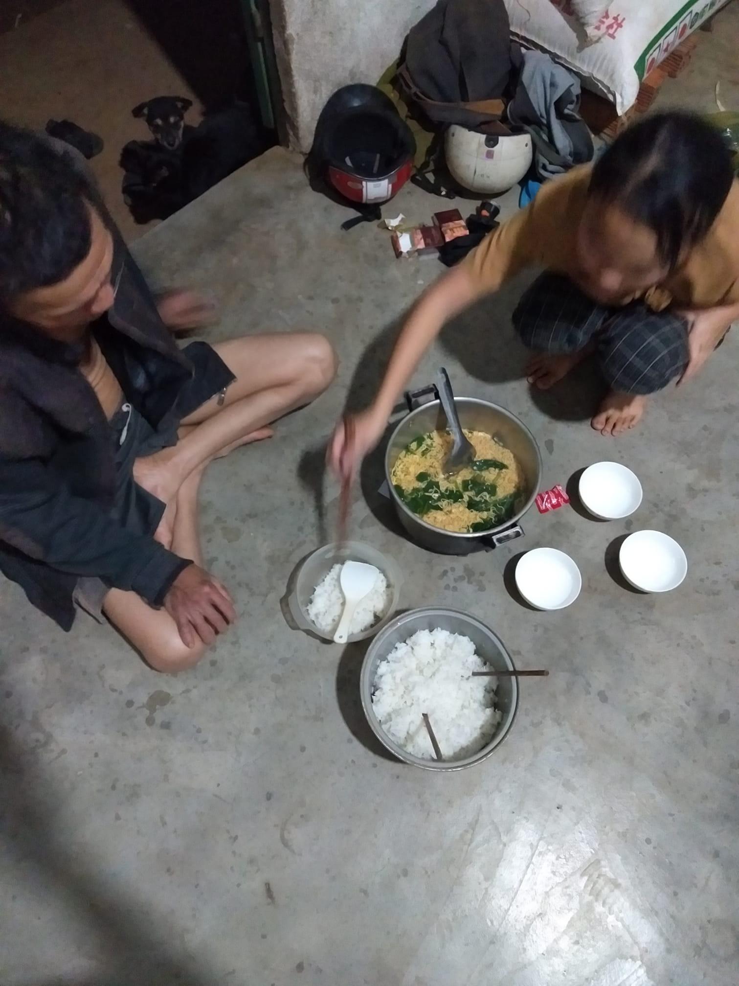 Hình ảnh bữa cơm đầu tiên của người con về nhà ăn Tết chỉ là mì