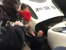Mẹ hốt hoảng vì con trai té xuống đường ray xe lửa, biết được nguyên nhân cư dân mạng chỉ trích mẹ không thương tiếc