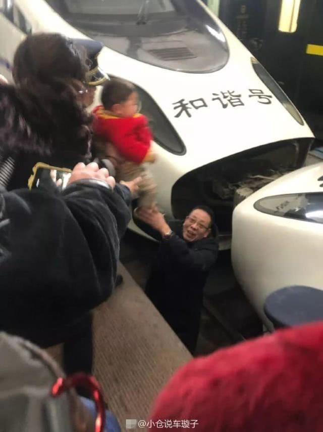 Mẹ hốt hoảng vì con trai té xuống đường ray xe lửa, biết được nguyên nhân cư dân mạng chỉ trích mẹ không thương tiếc-2