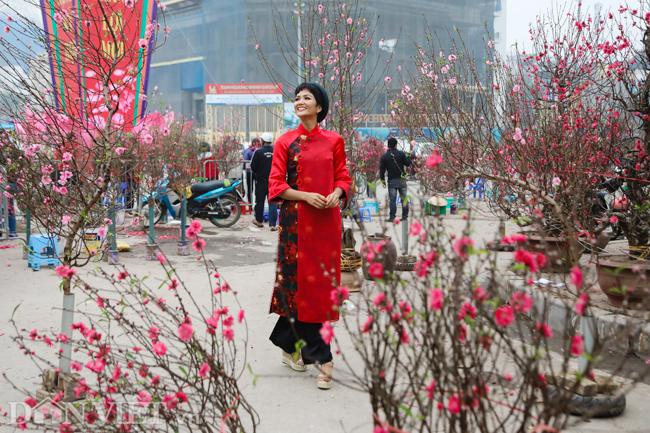Ảnh: Bắt gặp hoa hậu HHen Niê đi chợ hoa đào ở Hà Nội-1