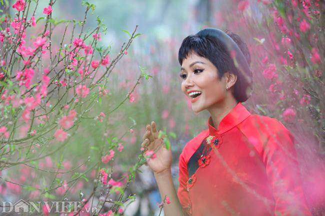 Ảnh: Bắt gặp hoa hậu HHen Niê đi chợ hoa đào ở Hà Nội-2