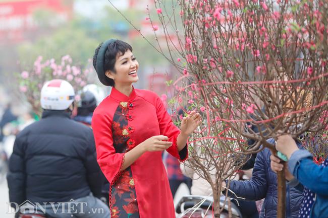Ảnh: Bắt gặp hoa hậu HHen Niê đi chợ hoa đào ở Hà Nội-3