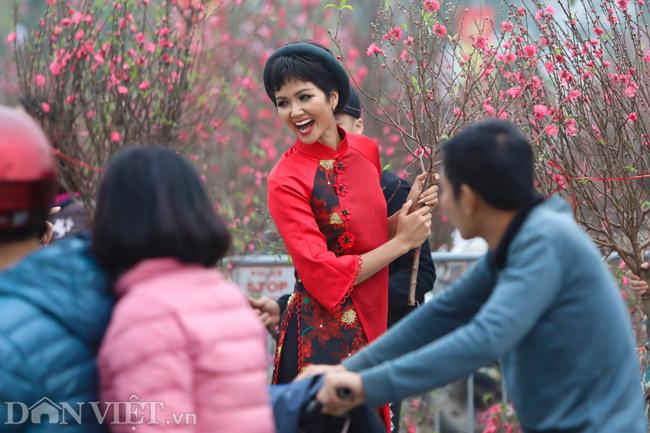 Ảnh: Bắt gặp hoa hậu HHen Niê đi chợ hoa đào ở Hà Nội-4