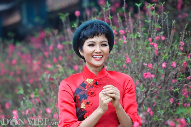 Ảnh: Bắt gặp hoa hậu HHen Niê đi chợ hoa đào ở Hà Nội-5
